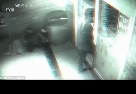 Vídeo de seguridad ¿captó a un viajero del tiempo?