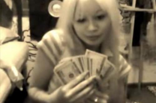 Ladrona de bancos es arrestada tras celebrar su hazaña en YouTube