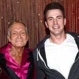 Chris Evans con Hugh Hefner y sus conejitas en fiesta anual de la Mansión Playboy