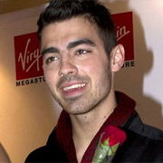 Joe Jonas firmó autógrafos para sus fans en París