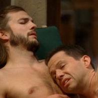 Ashton Kutcher y Jon Cryer despiertan juntos y desnudos en Two and a Half Men