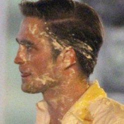 Robert Pattinson recibe tortazo en la cara en el set de Cosmopolis