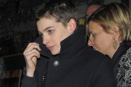 Anne Hathaway impacta con el cabello extremadamente corto (Fotos)