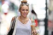 Miley Cyrus estalla en Twitter por la insistente presencia de los paparazzi