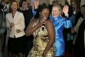 Video: Hillary Clinton celebra acuerdo moviendo las caderas