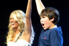 Carrie Underwood besó en los labios a fan de 12 años en el escenario
