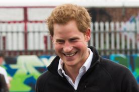 Príncipe Harry se hizo llamar 'reina pelirroja' para jugar bowling