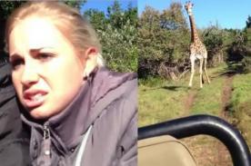 Video: Turistas sufren temible persecución de una jirafa violenta