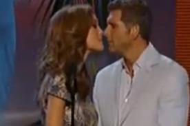 Video: Christian Meier besó a novia de David Bisbal en los Premios Juventud