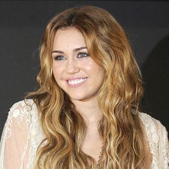 Miley Cyrus osbesionada con última canción de Britney Spears