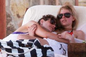 Avril Lavigne se divierte con amiga cariñosa