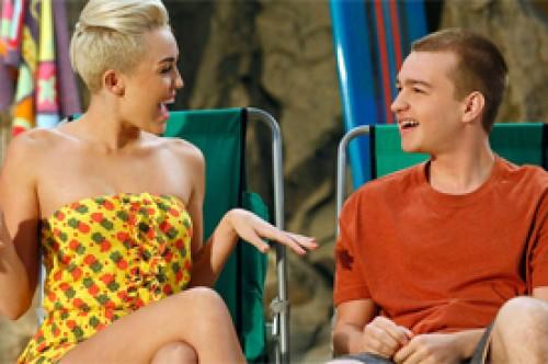 Angus T. Jones quiere que Miley Cyrus regrese a 'Two and a Half Men'