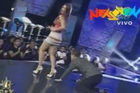 ¿Adolfo Aguilar intenta ver debajo de la minifalda de Karen Schwarz?