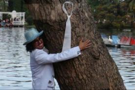 Artista peruano se casa con un árbol en pública boda ecológica - VIDEO