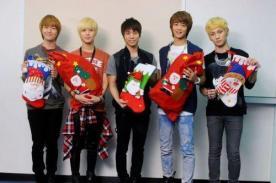 SHINee se adelanta al 25 de diciembre posando con adornos de Navidad