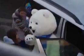 Sochi 2014: La mascota oficial la pasó muy mal al intentar entrar a un auto-VIDEO