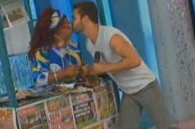 Martín Farfán le robó beso a Diego Val en vivo (Video)