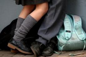 Pareja es grabada teniendo intimidad en patio de colegio - VIDEO