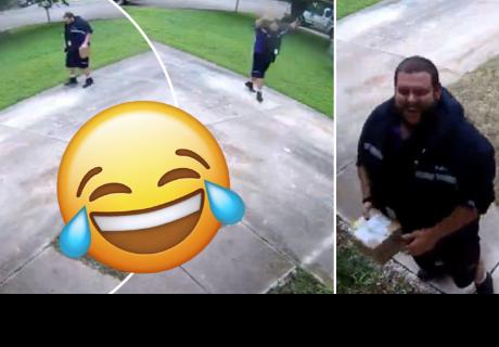 Repartidor llega a una casa y es grabado cuando se divierte con nostálgico juego