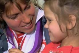 Atleta polaca subasta su medalla de bronce para salvar a niña enferma