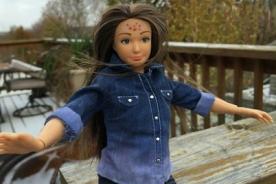 Presentan Barbie con celulitis, estrías y acné [Video y Fotos]