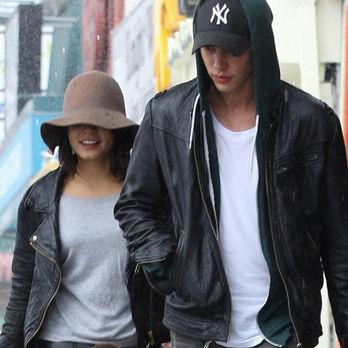 Vanessa Hudgens y Austin Butler amorosos bajo la lluvia californiana