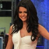 Selena Gomez juega Golf Shoe con Jimmy Fallon