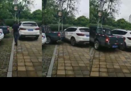 Así fue la violenta reacción de un chófer contra una camioneta mal estacionada