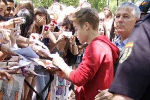 Justin Bieber firmó autógrafos para sus fans en Madrid (Fotos)