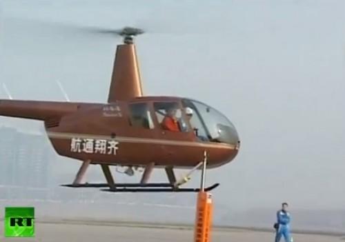 Like a Boss: Piloto chino abre botellas de cerveza con helicóptero - VIDEO