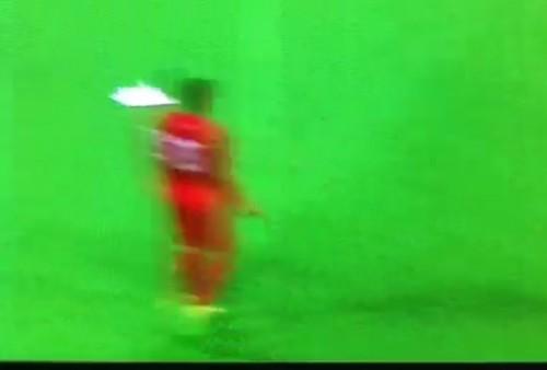 Jugador peruano fue 'víctima' de los aviones de papel [Video]