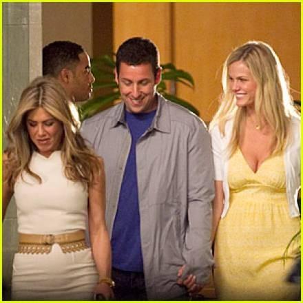 Jennifer Aniston y Adam Sandler comparten un apasionado beso en Hawai