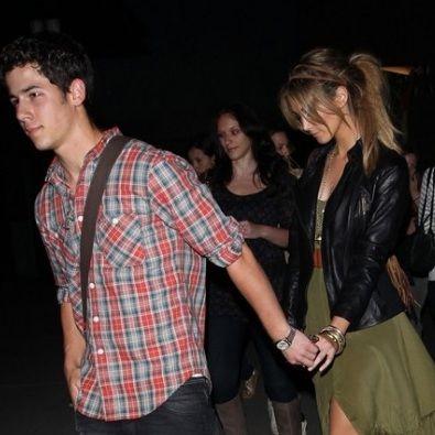 Nick Jonas y Delta Goodrem fueron vistos cariñosos en una cita