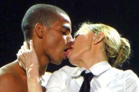 Madonna y su novio se dan jugoso beso durante concierto en Brasil