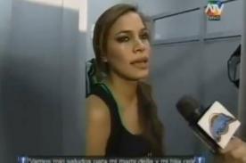 Combate: Rosángela abre puerta del camerino mientras Carolina se cambia