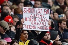 Arsenal: Hincha pide refuerzos con un singular pancarta