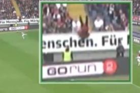Bundesliga: Hincha quiso invadir cancha pero sufrió aparatosa caída - VIDEO