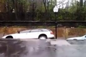 Insólito: Autos se caen al vació en menos de dos segundos - Video
