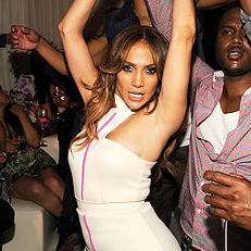 Jennifer Lopez recibió lap dance de su bailarín en fiesta del Festival iHeartRadio