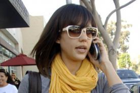 Jessica Alba confiesa que usa bufandas para tapar manchas accidentales