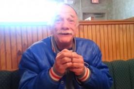 La conmovedora reacción de un padre al enterarse que será abuelo - VIDEO