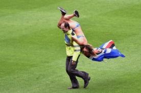 ¡Viral! Jovencita invade partido de fútbol con diminuto bikini -Video