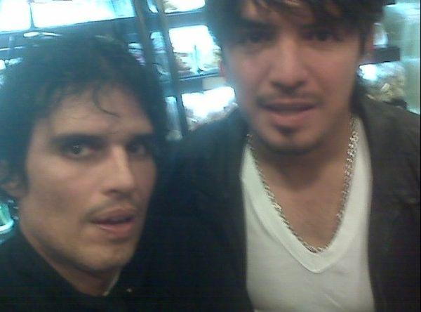 Pedro Suárez-Vértiz y Juan Manuel Vargas se toman foto en un grifo