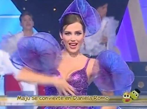 Video: Maju Mantilla imitó a Daniela Romo en plumas y lentejuelas
