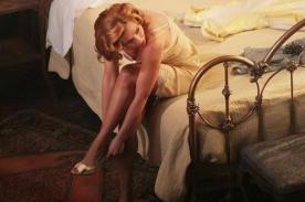 Scarlett Johansson se luce en ligero vestido en Broadway