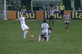 Video: Ronaldinho Gaucho se salvó de una jugada desleal