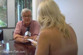 Video: Periodista canadiense realiza un topless... ¡En plena entrevista!