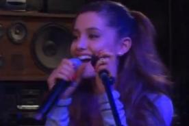 Ariana Grande se olvida la letra al cantar y le provoca risa - Video