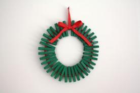 Crea una corona de navidad con ganchos o pinzas de ropa