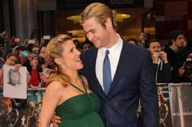 Chris Hemsworth feliz a lado de su esposa y su futuro bebé en premiere